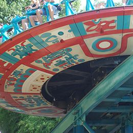 Gros plan sur le disque du Soleil au parc d'attraction Le PAL