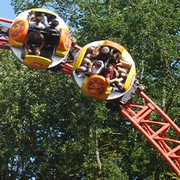 Gros plan sur les wagons du Twist, une attraction à sensations du parc de loisirs Le PAL