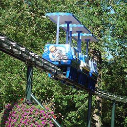 Le monorail au parc d'attraction le pal